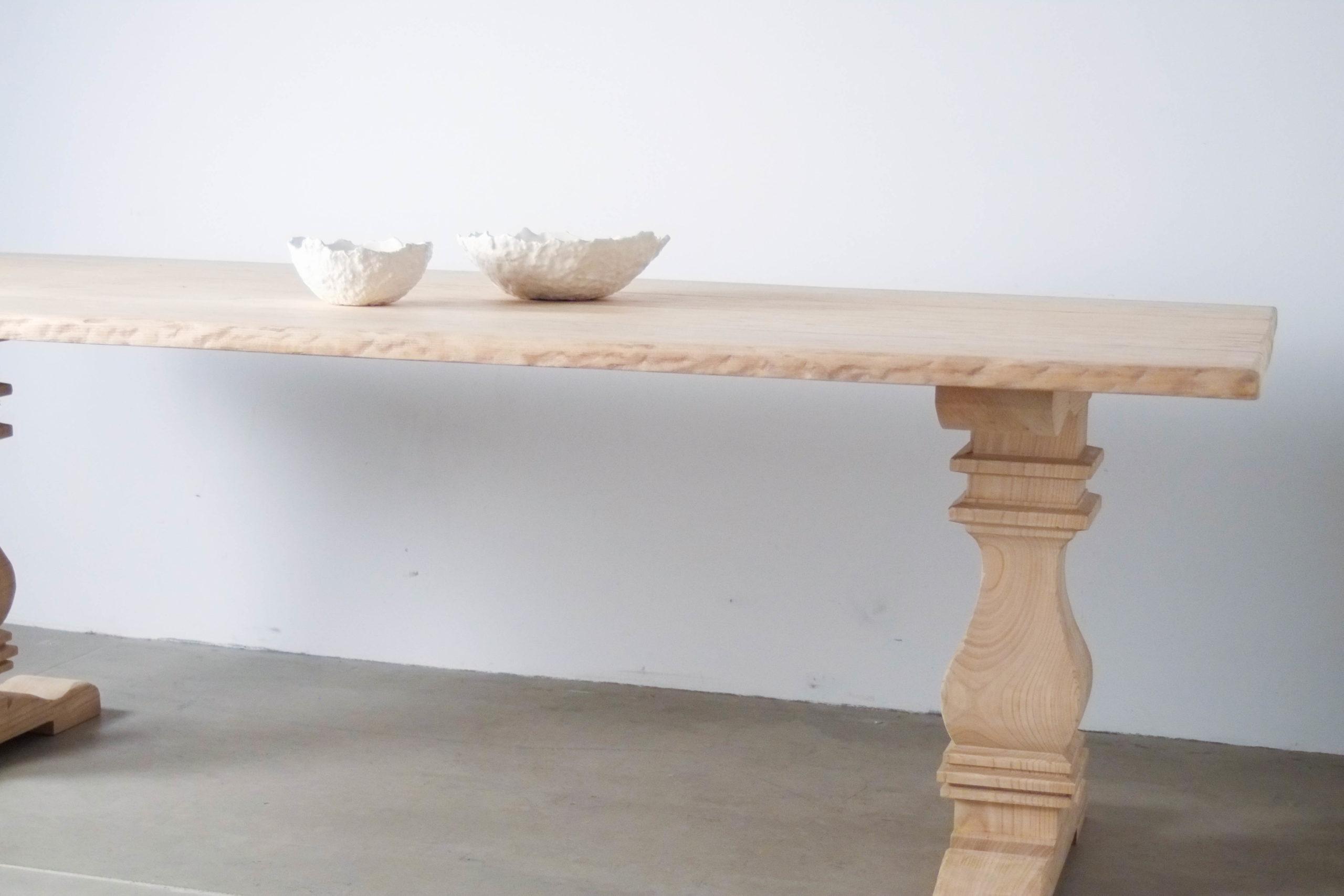mesa rustica con pie de madera maciza de castaño
