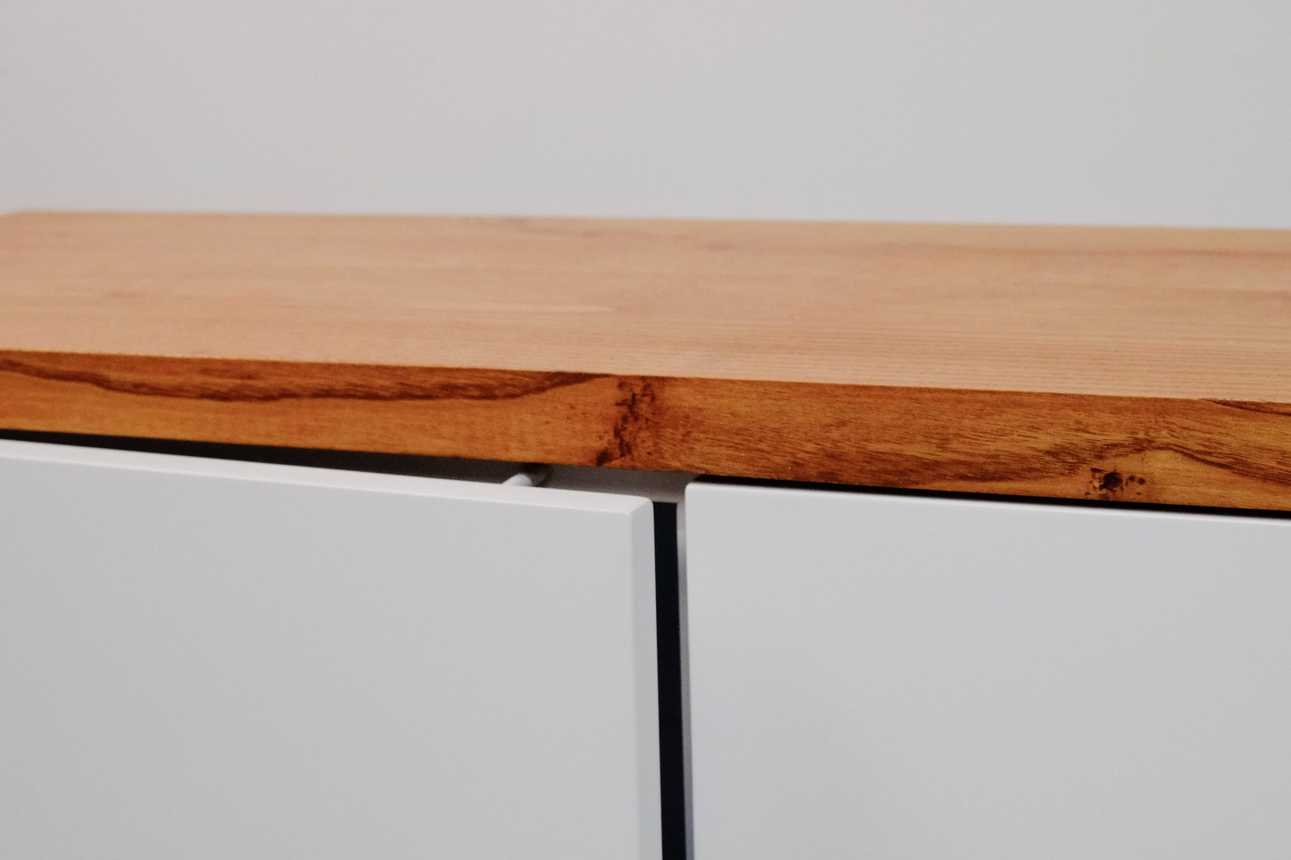 detalle cajon push fabricado a mano blanco lacado mueble de salon