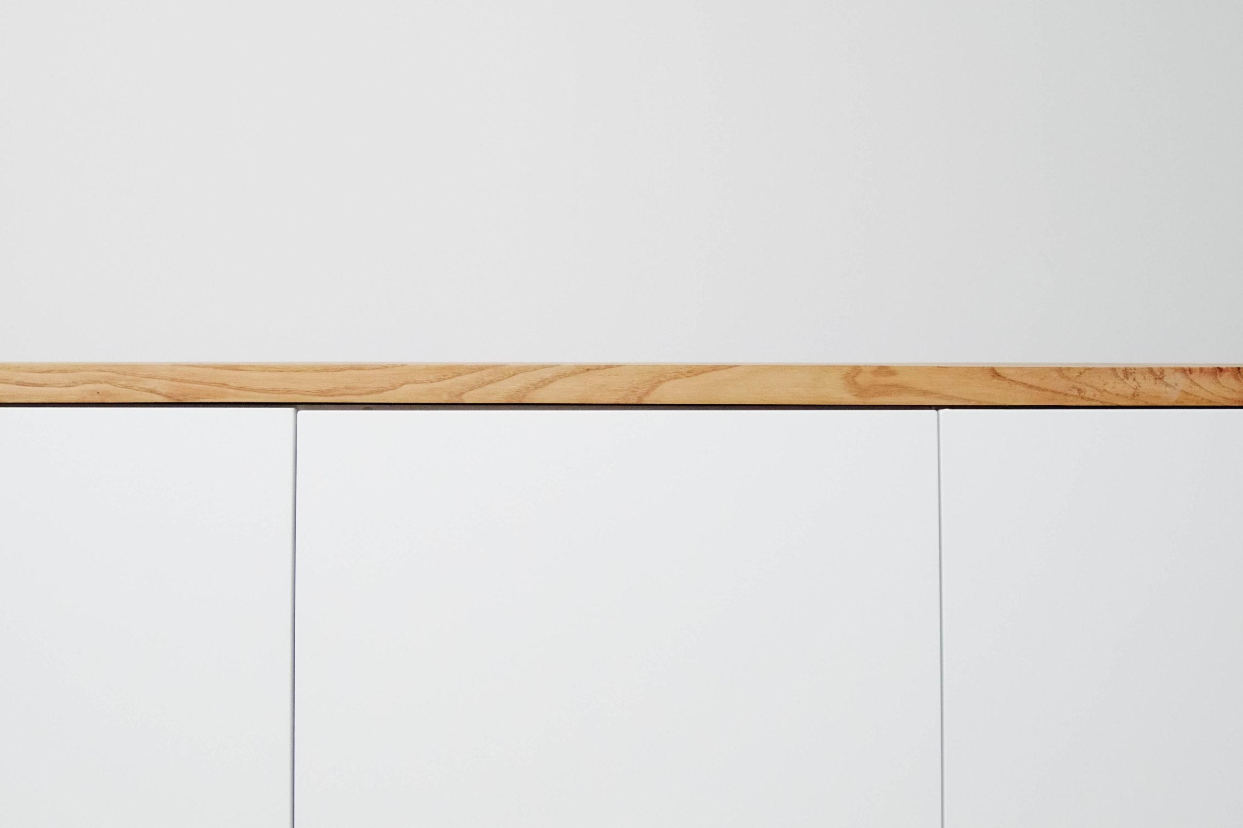 detalle de mueble hecho a mano de madera y blanco