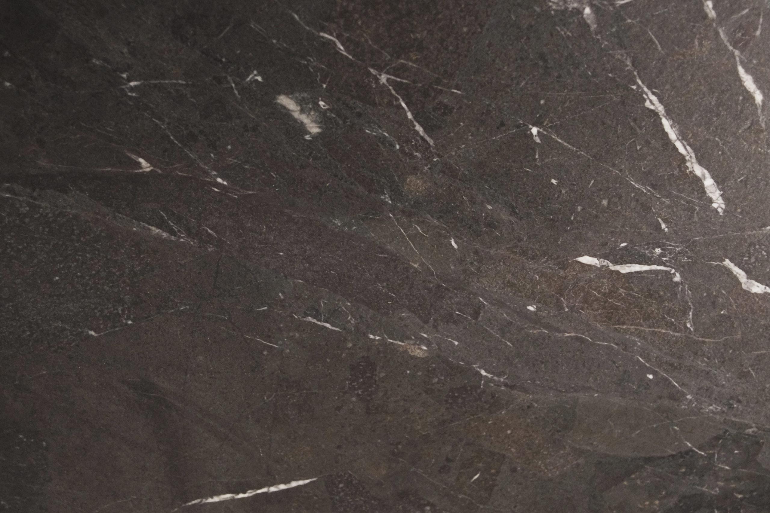 mesa de salon negra marmol detalle