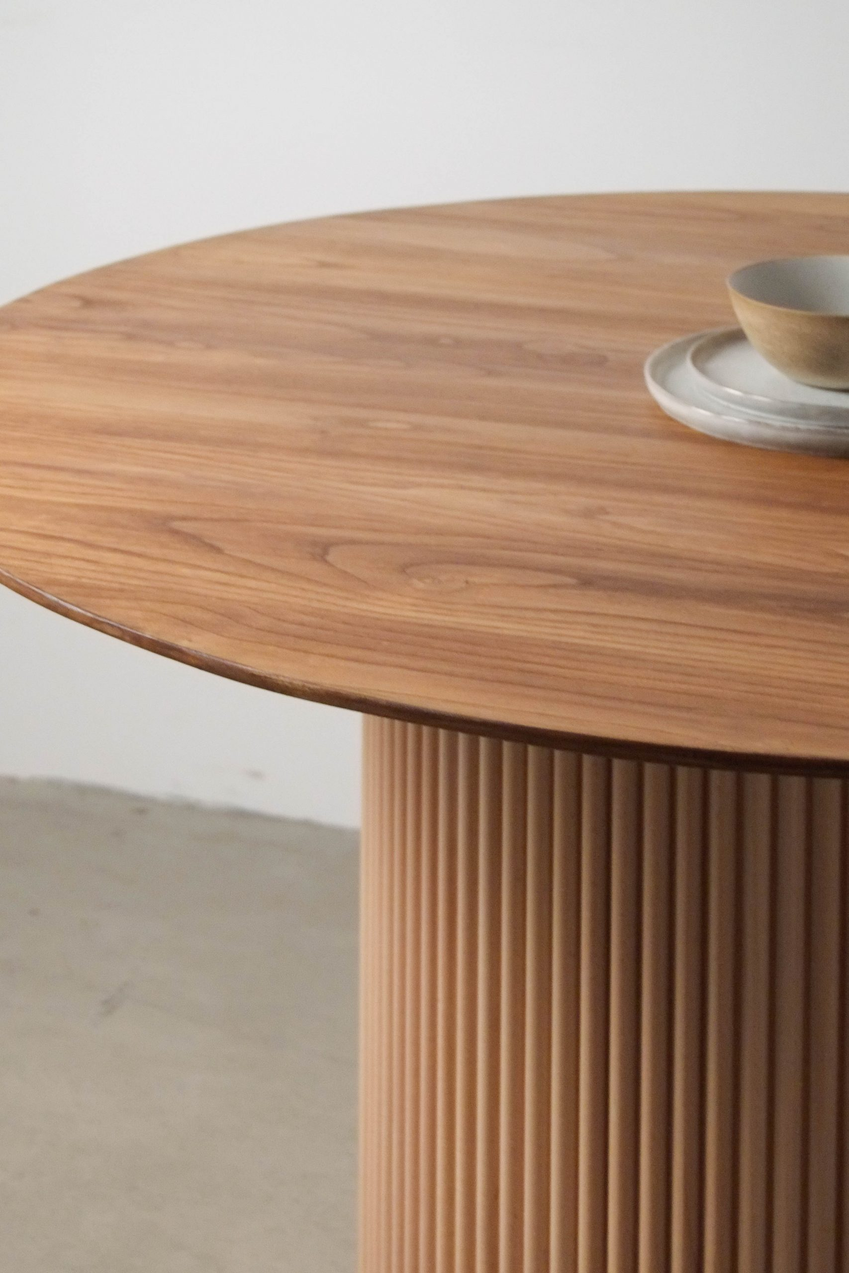 mesa redonda de madera de castaño