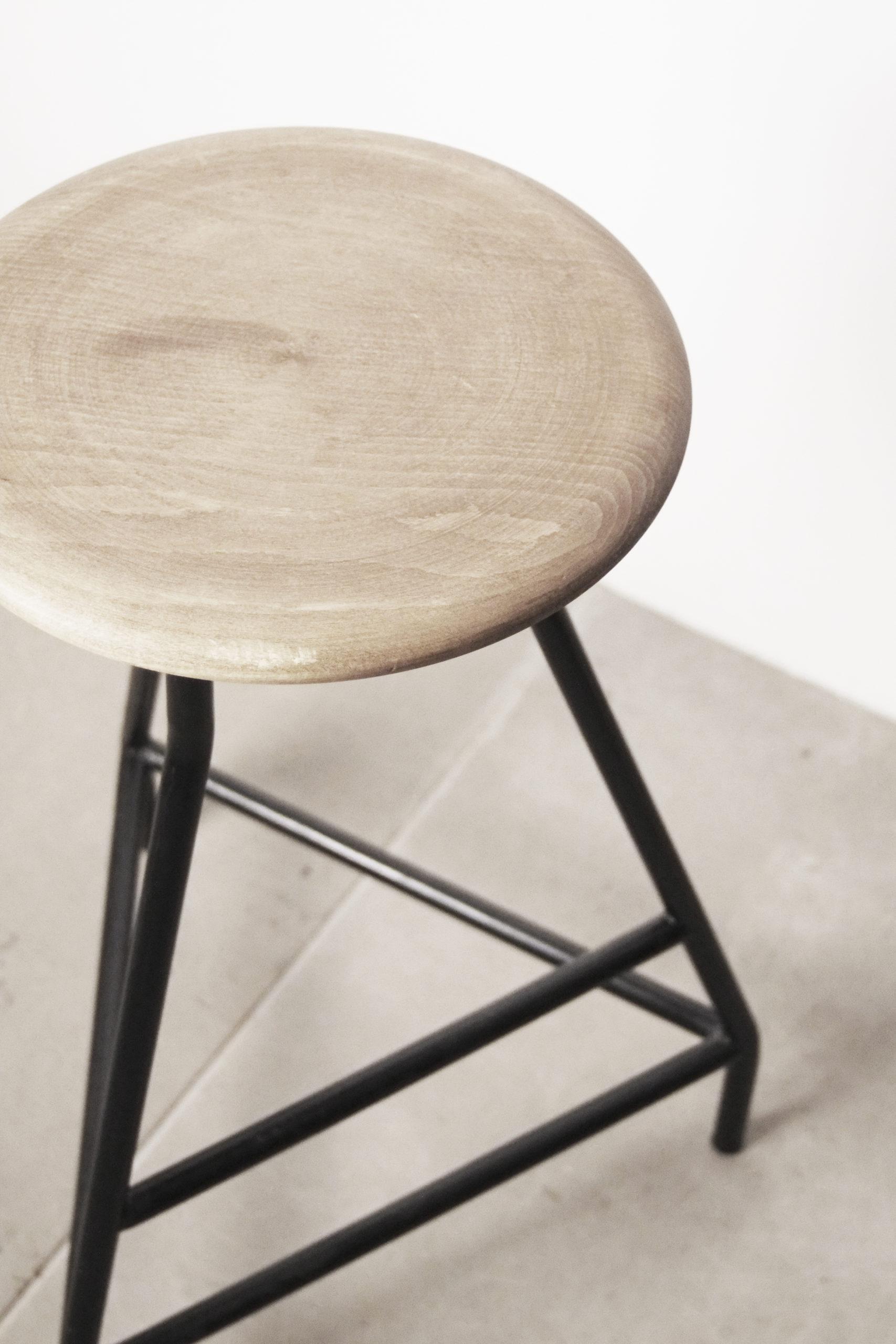 taburete de madera torneada redondeado hecho a mano