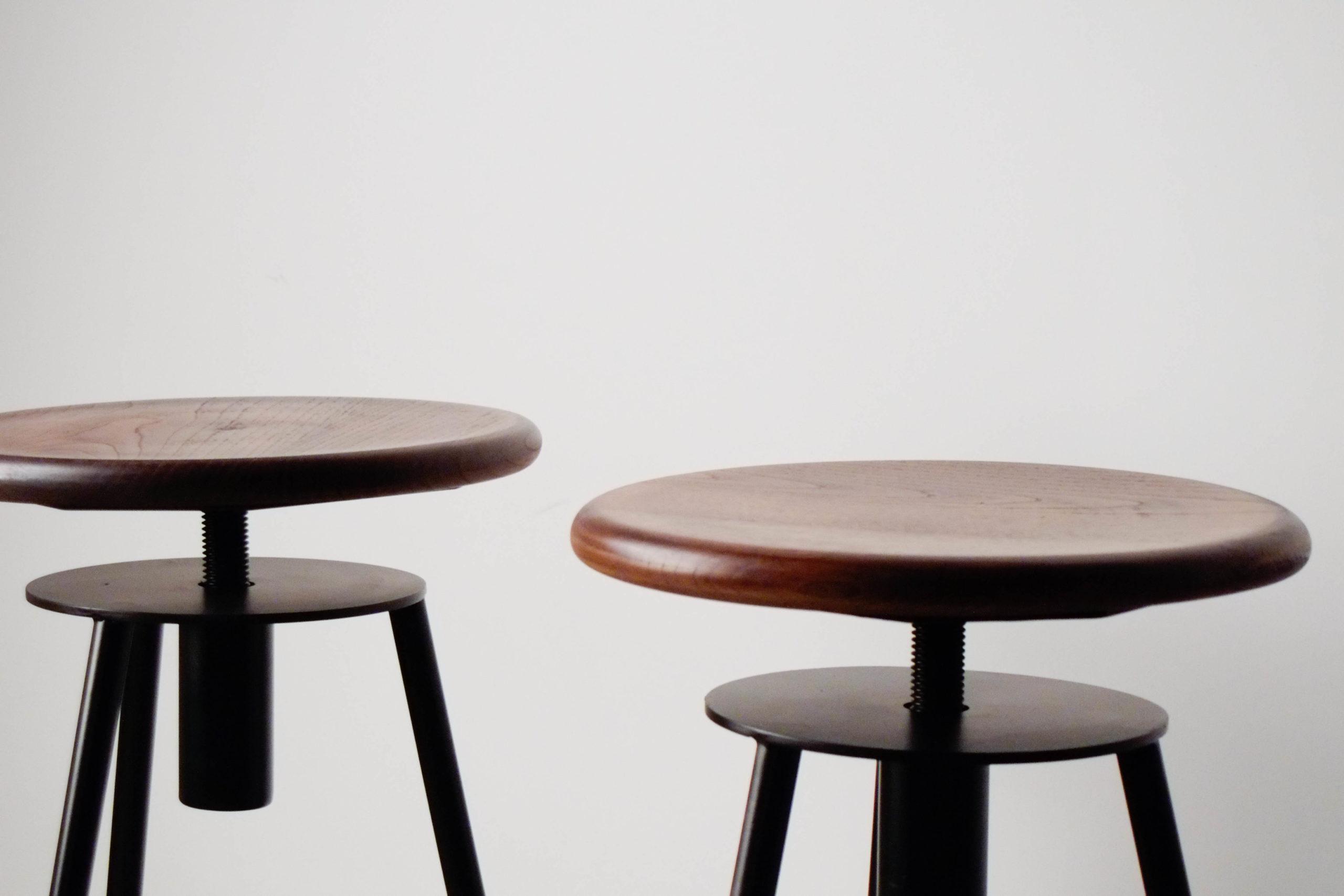 taburetes de madera ajustables oscuros diseño metal cocina comodos giratorios