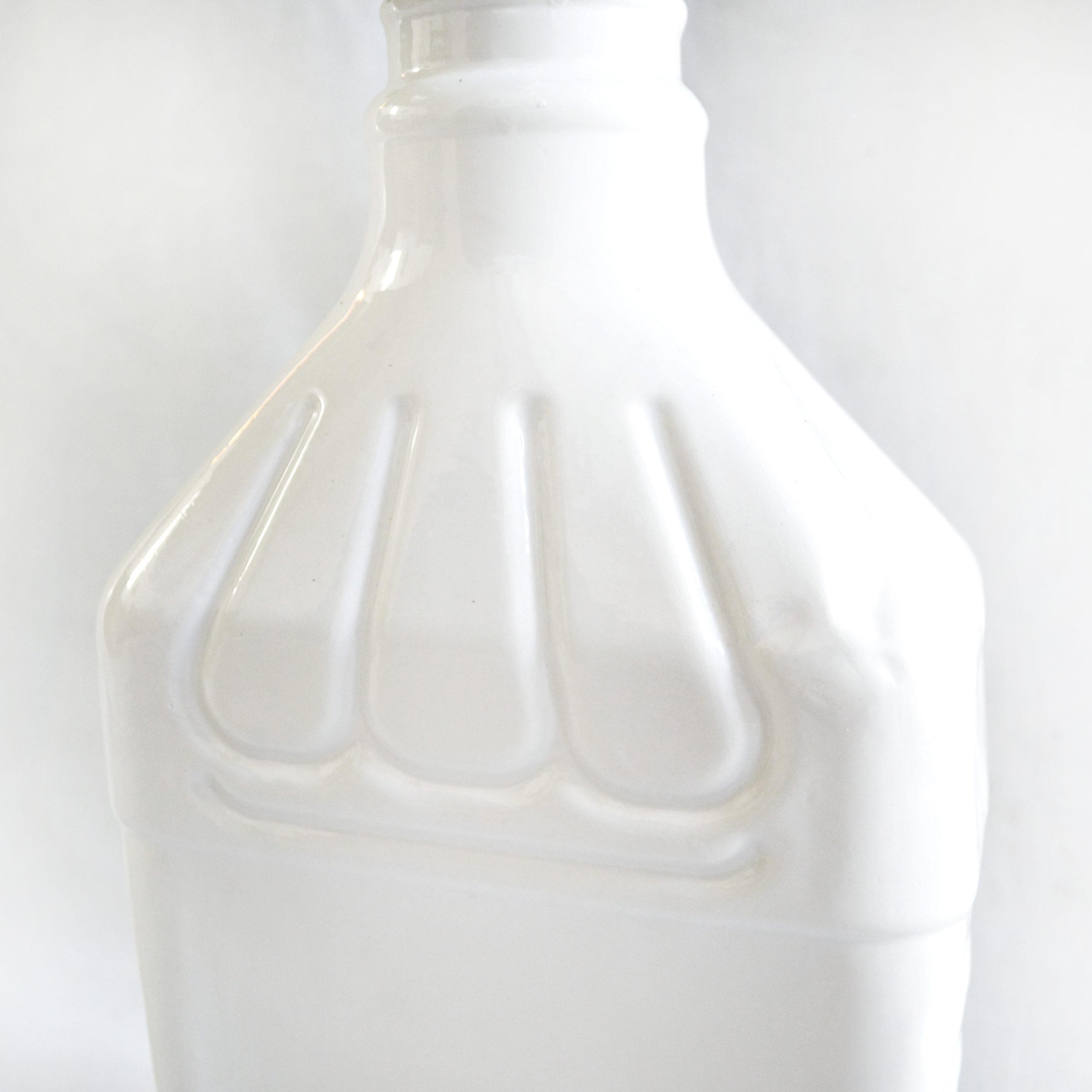 detalle botella ceramica de diseño de calidad hecha a mano color blanco loza