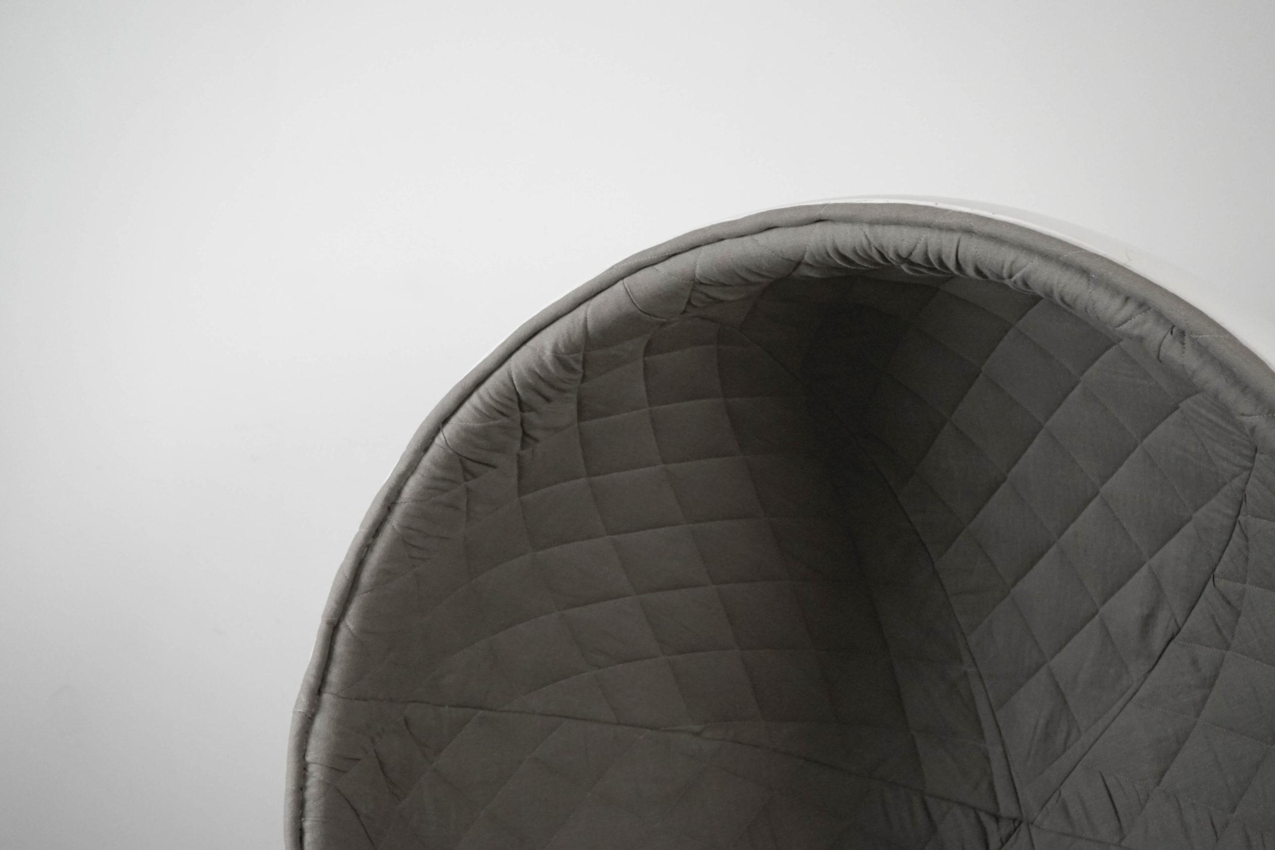 butaca gris acolchada de diseño