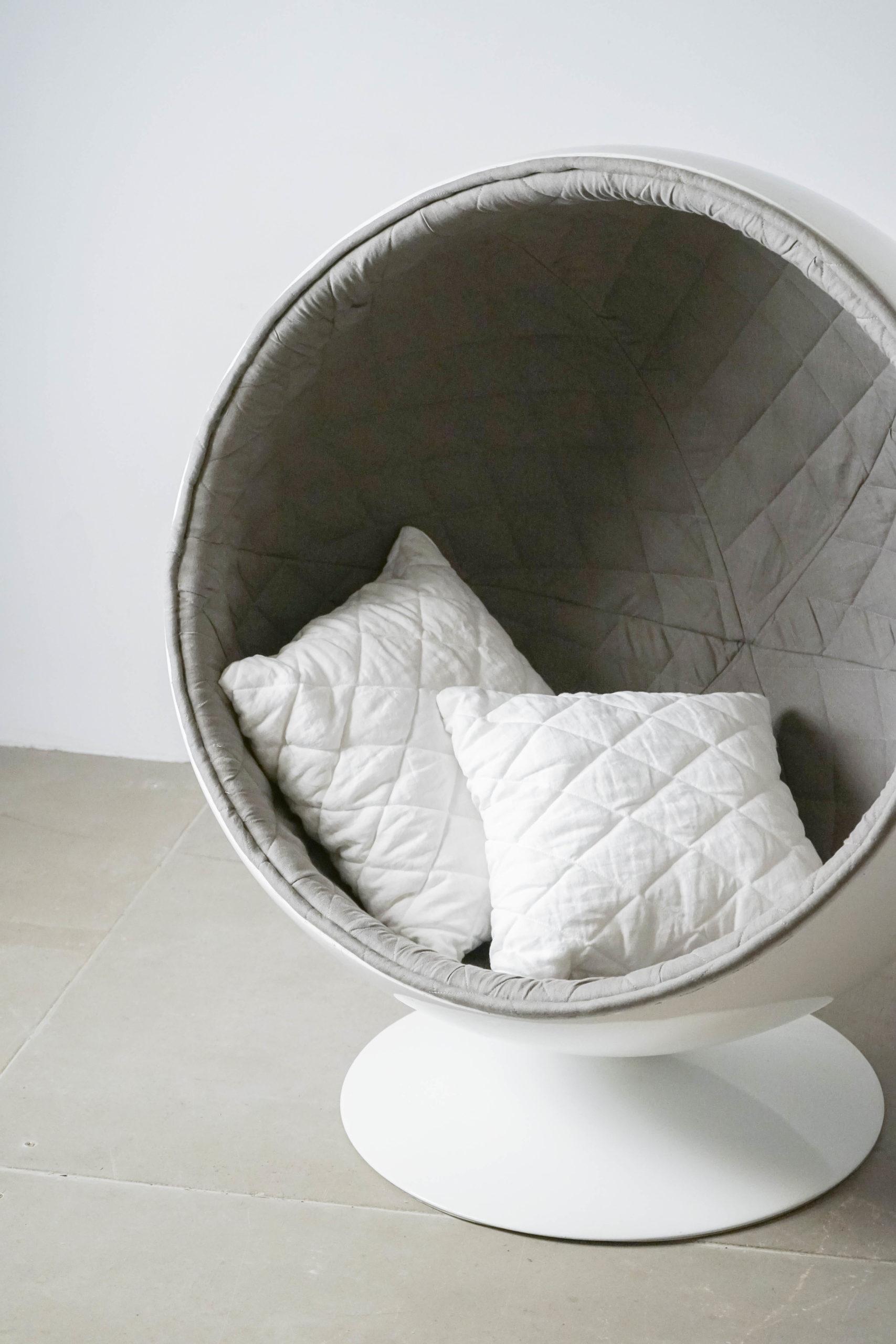 butaca elegante de color gris con cojines hecho a mano