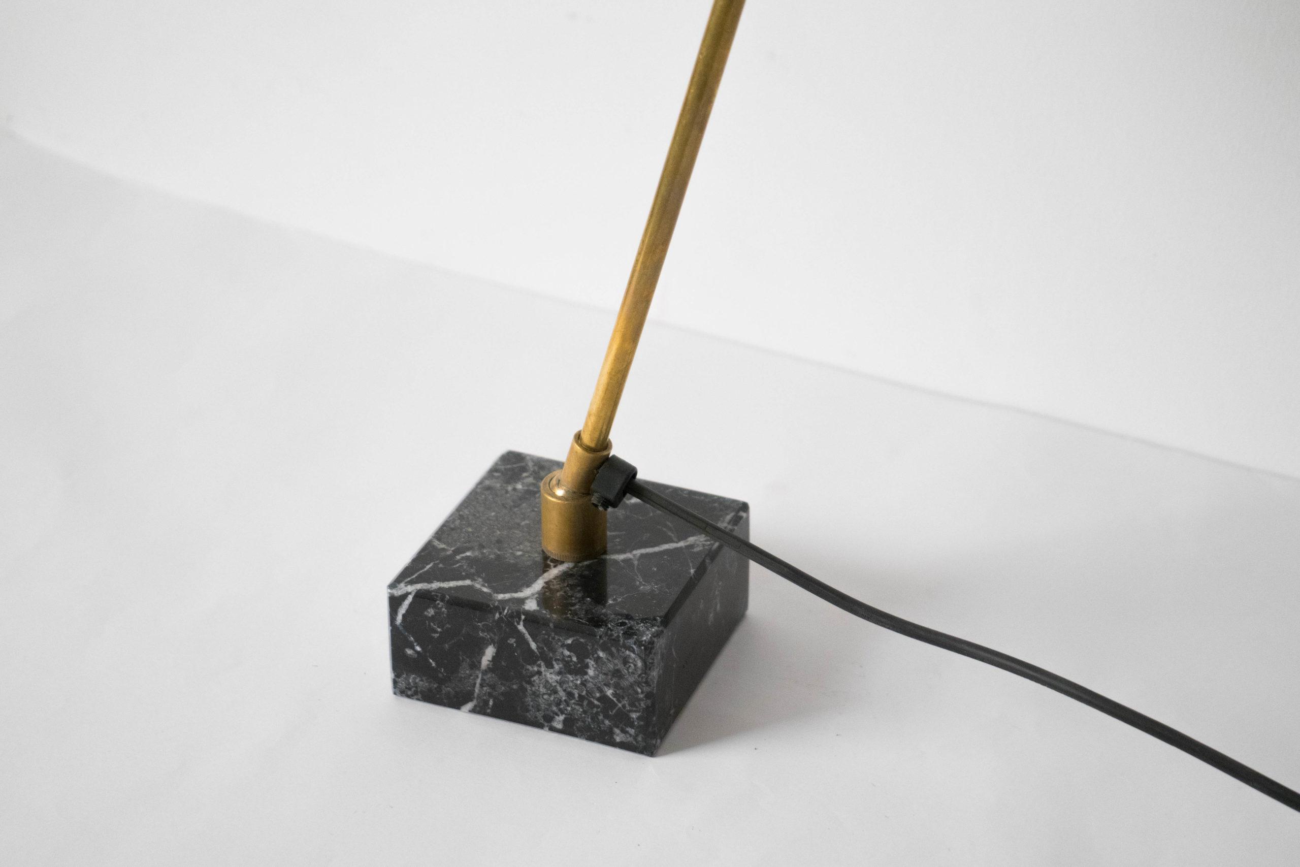 pie de marmol lampara de laton