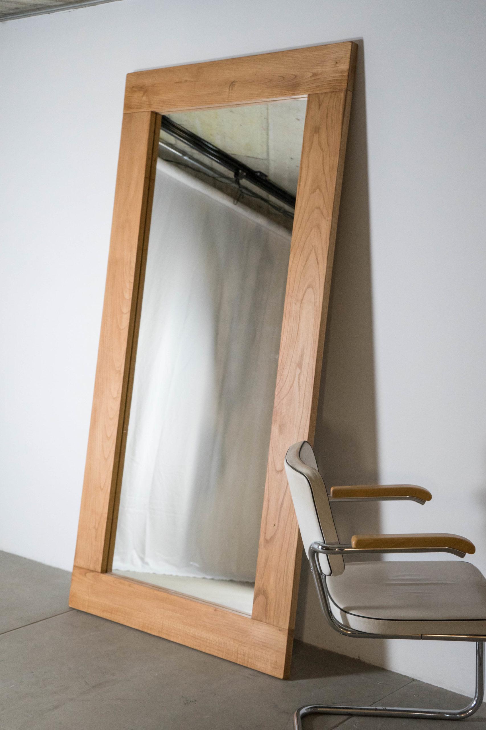 espejo de pie grande y silla