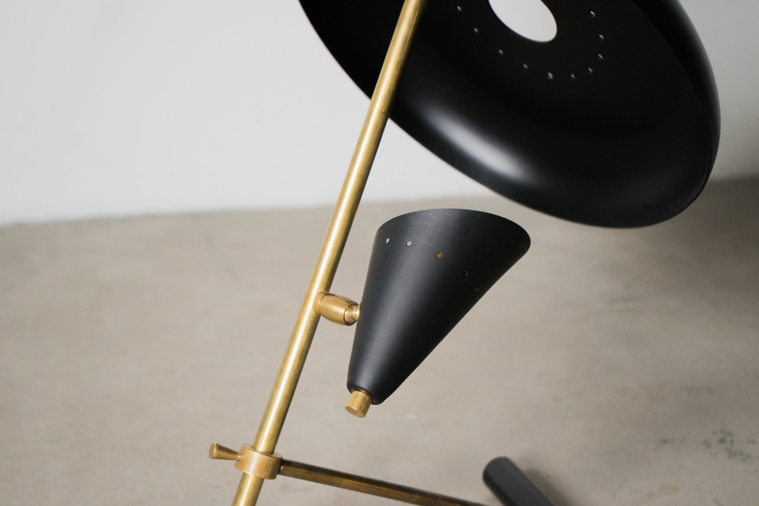 lampara de diseño de laton fabricada a mano en italia negra
