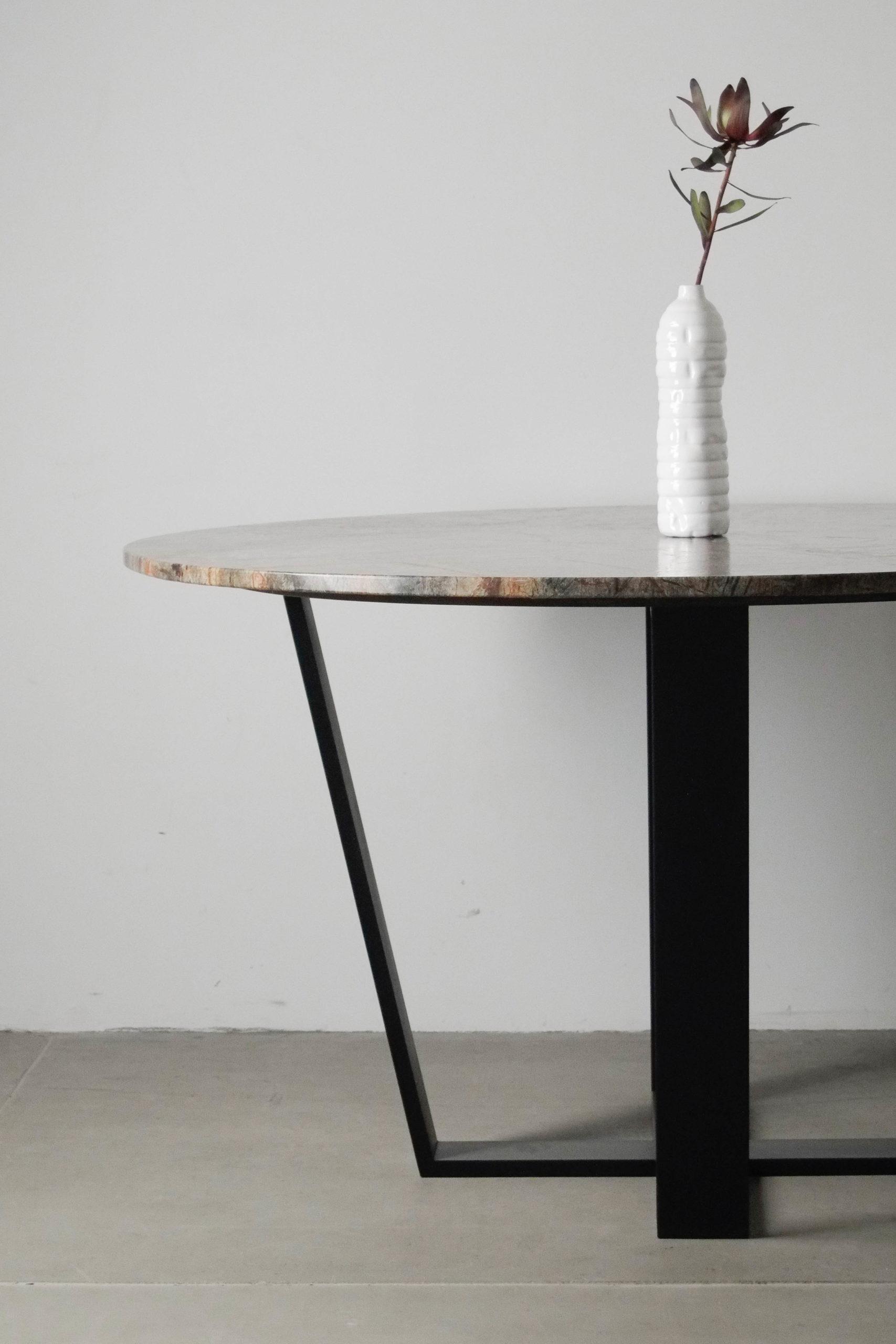detalle de mesa redonda de mármol y metal rainforest