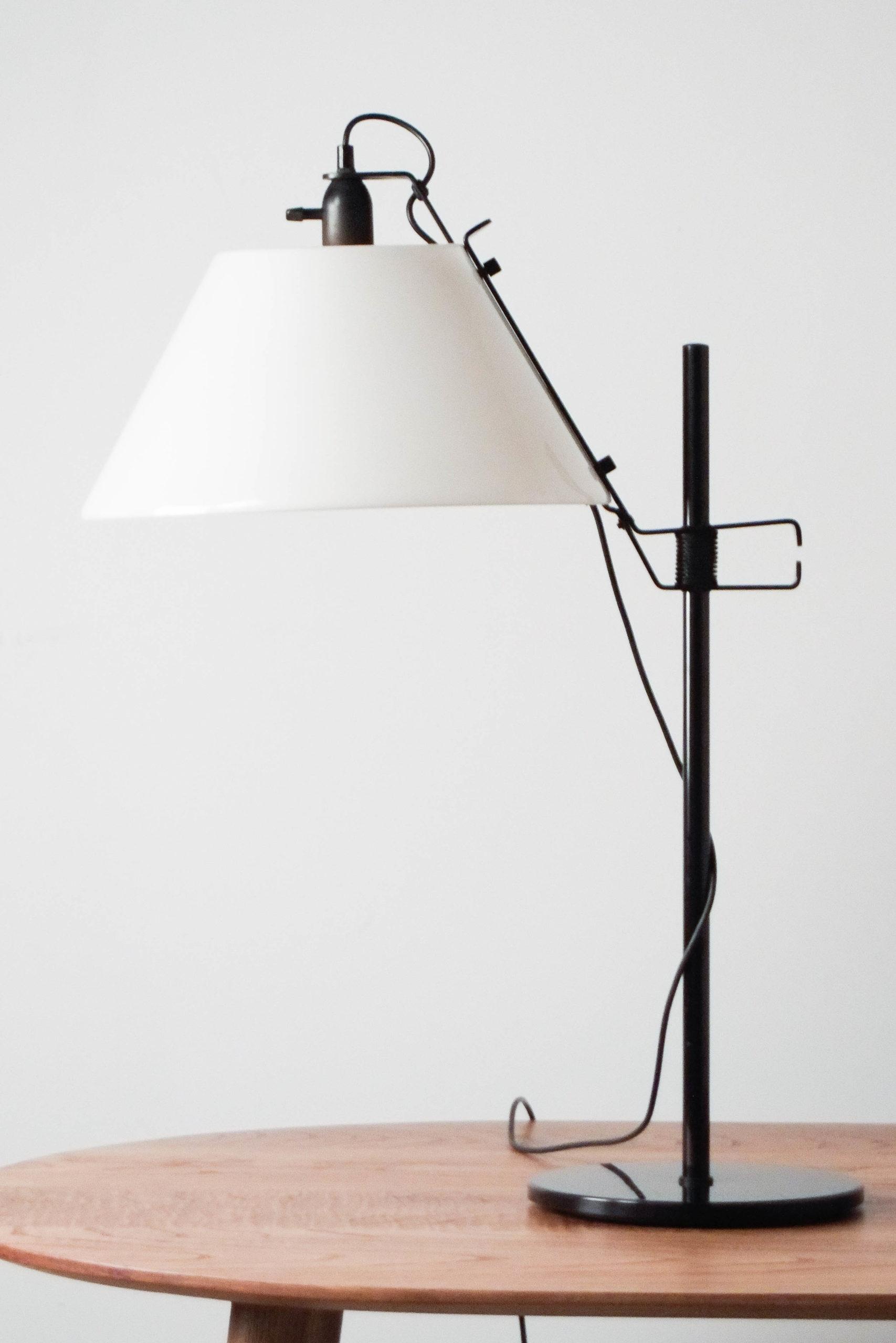 bonita lampara de mesa negra pantalla opaca blanca