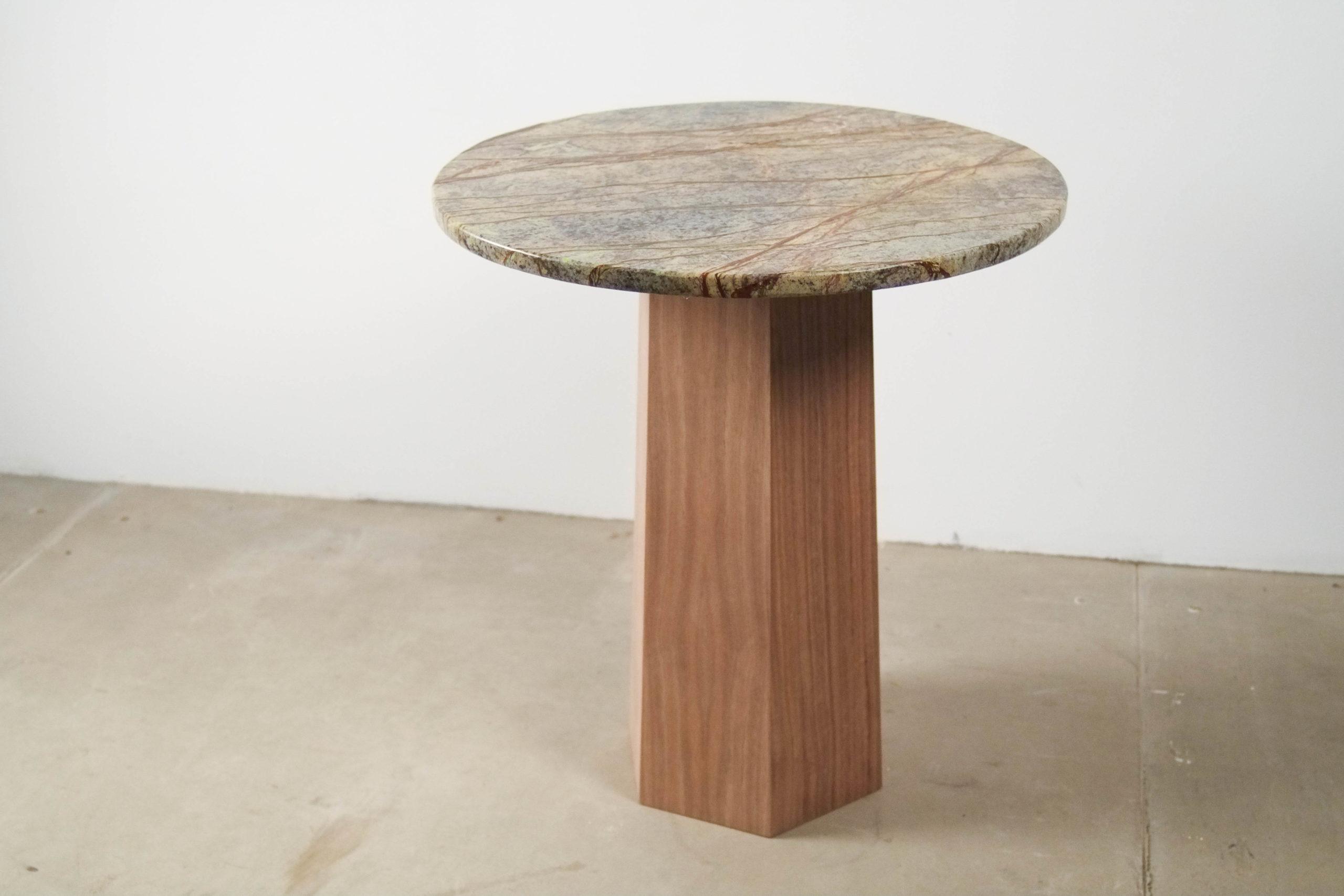 mesita redonda pequeña de marmol rainforest y madera