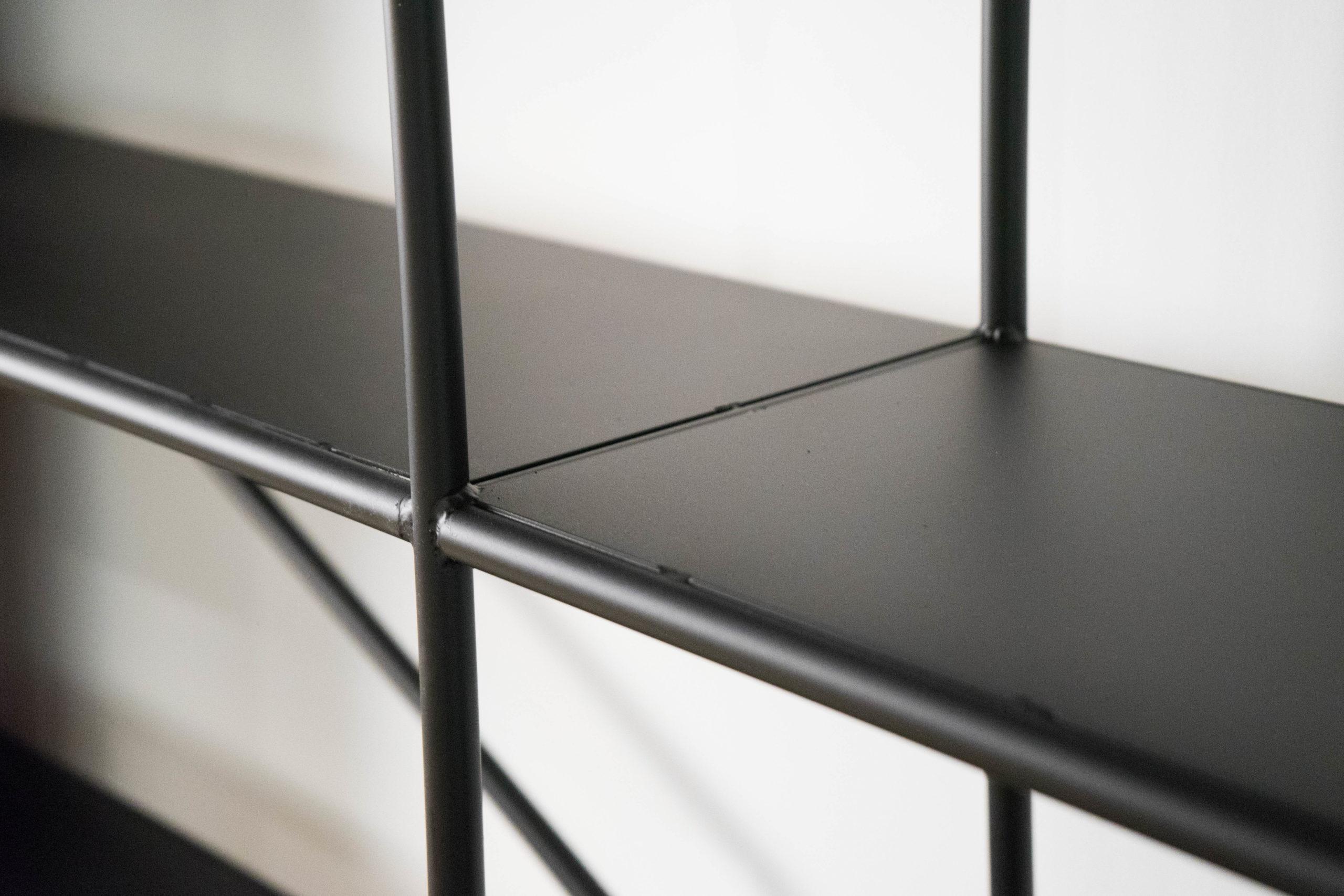 estantería de metal y madera