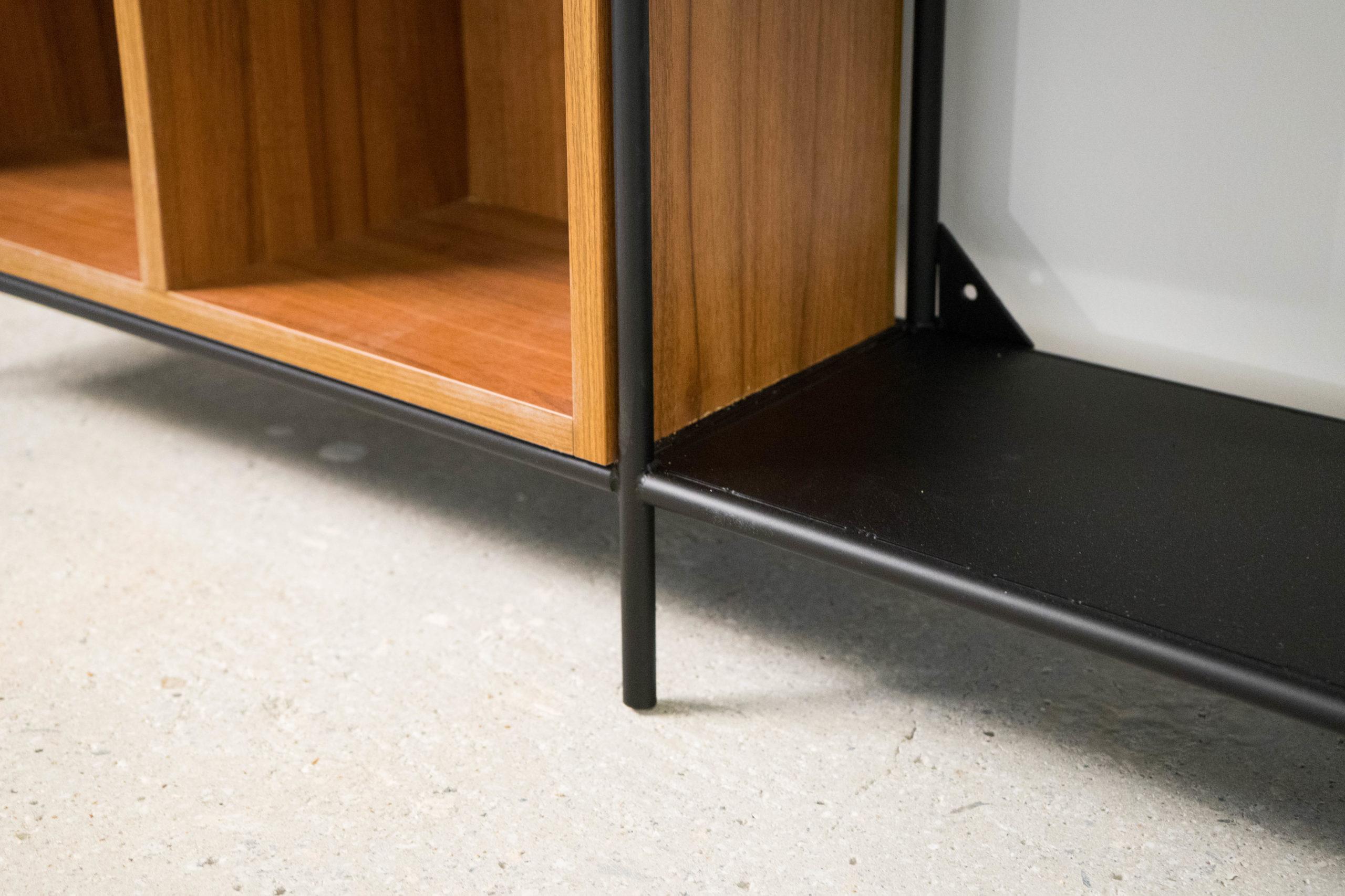 estantería de diseño hecha a mano de metal y madera