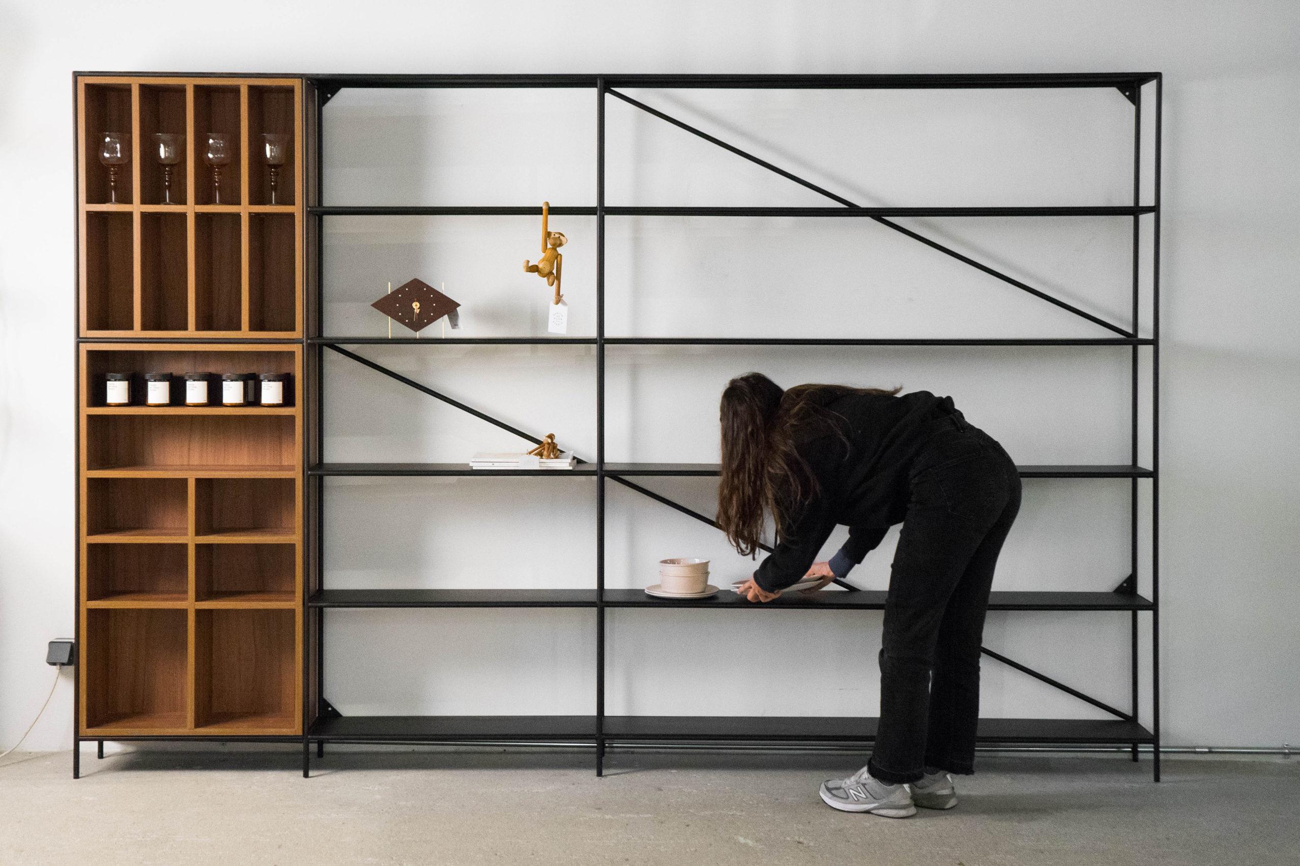 libreria negragrande de diseño hecha a mano de madera y metal