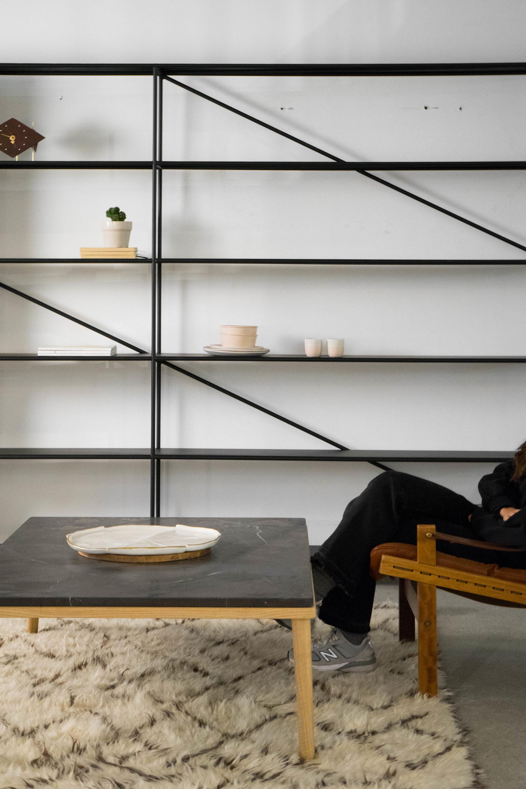 estantería de salon de metal y madera hecha a mano