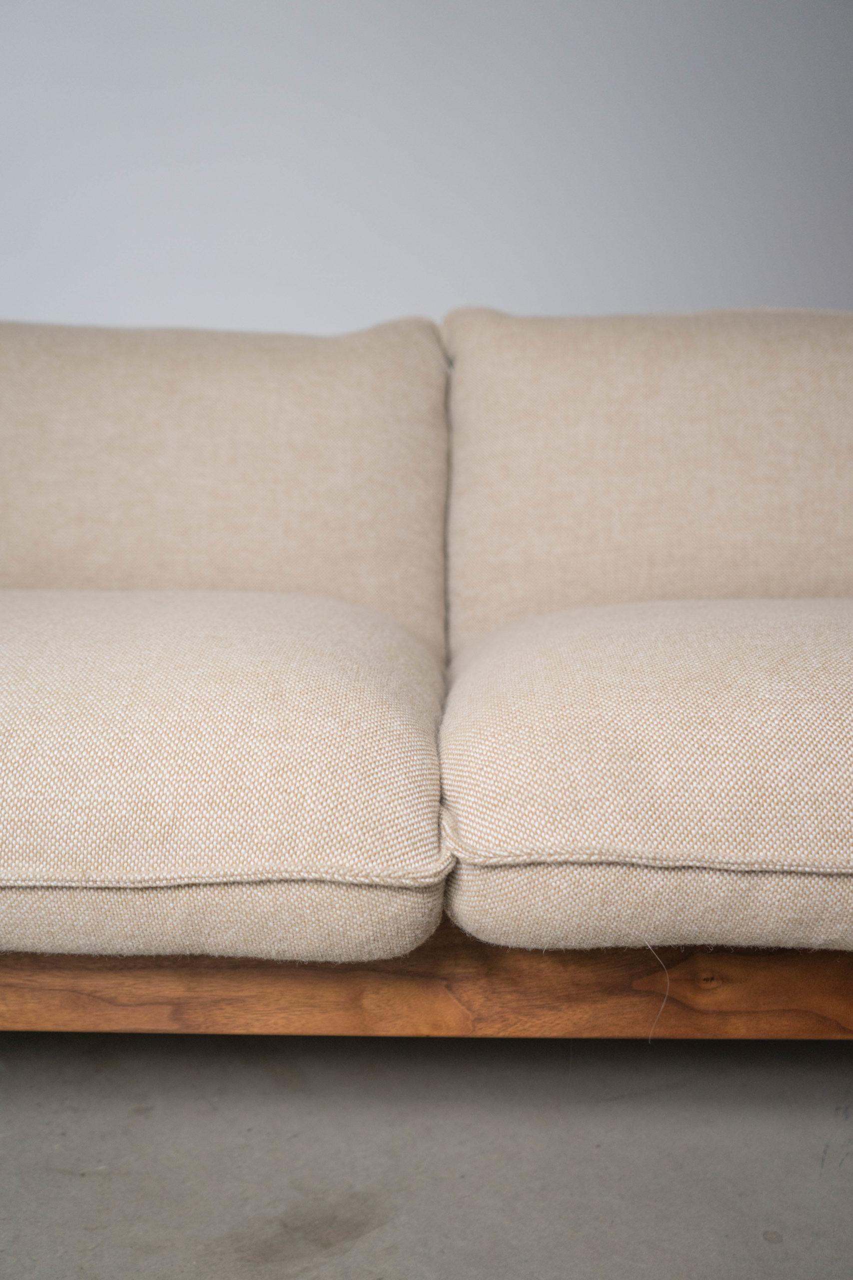 detalle de cojines tejidos de sofa tapizado
