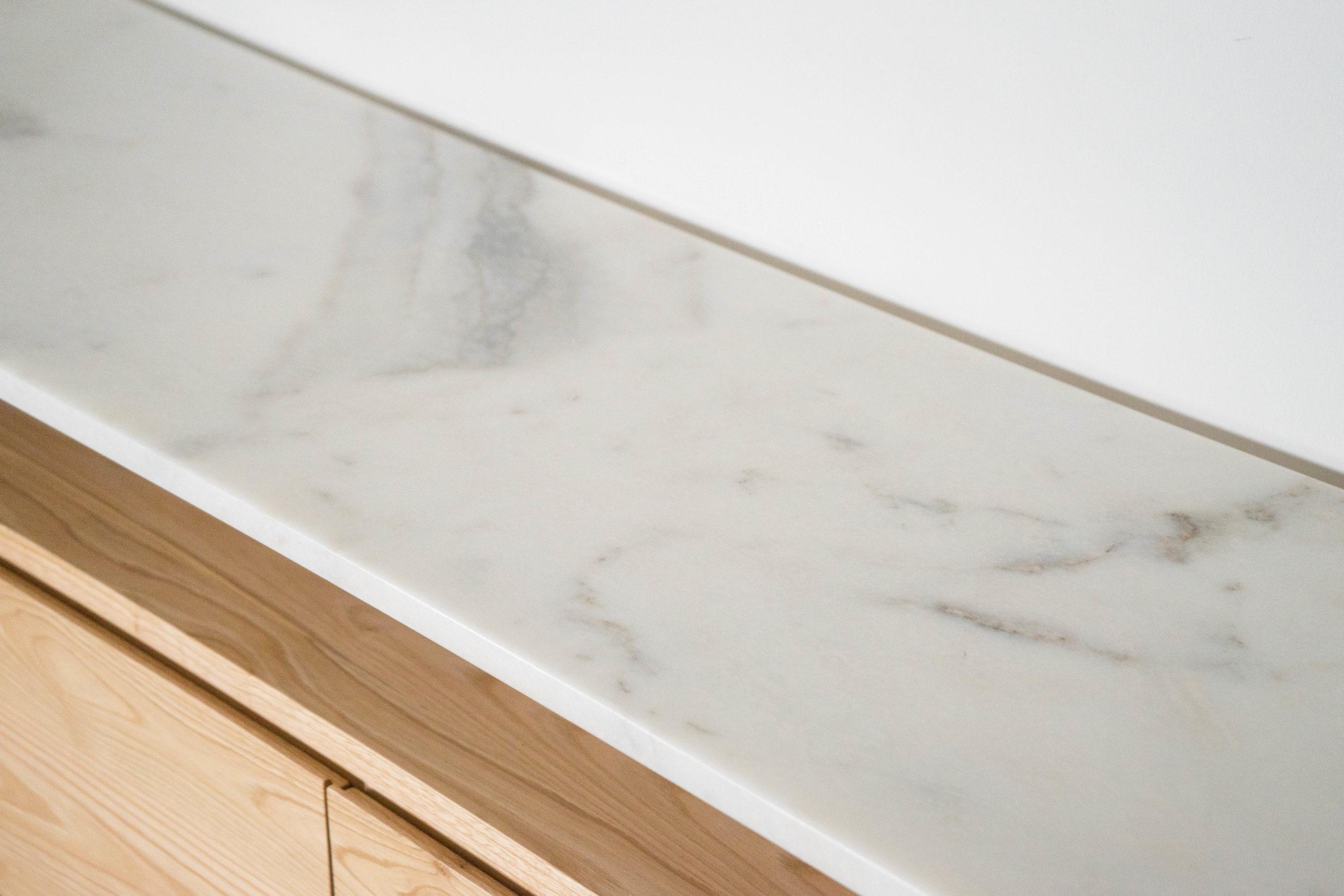 marmol y madera cajonera hecha a mano