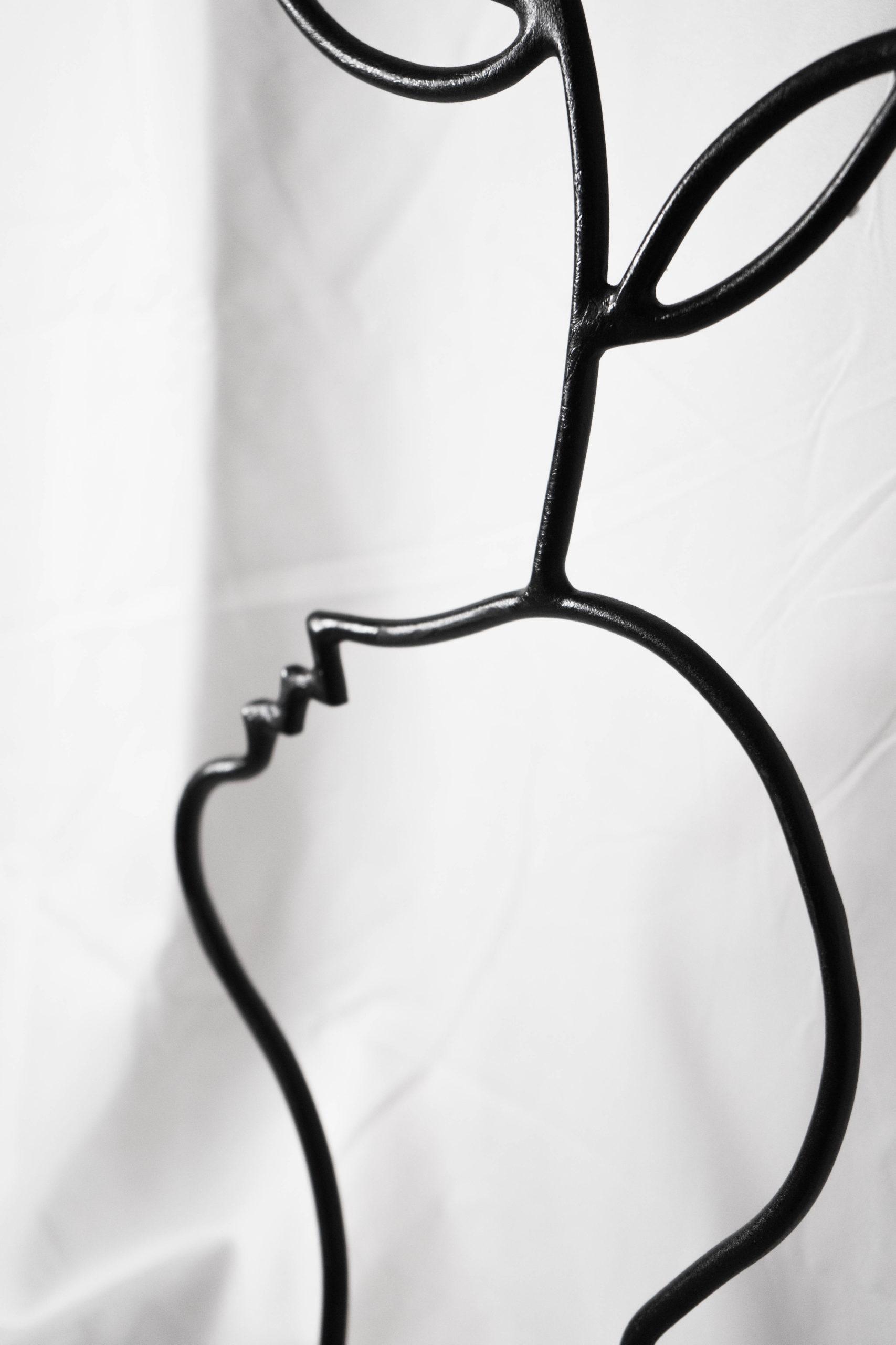 obra de metal curvada flor cabeza